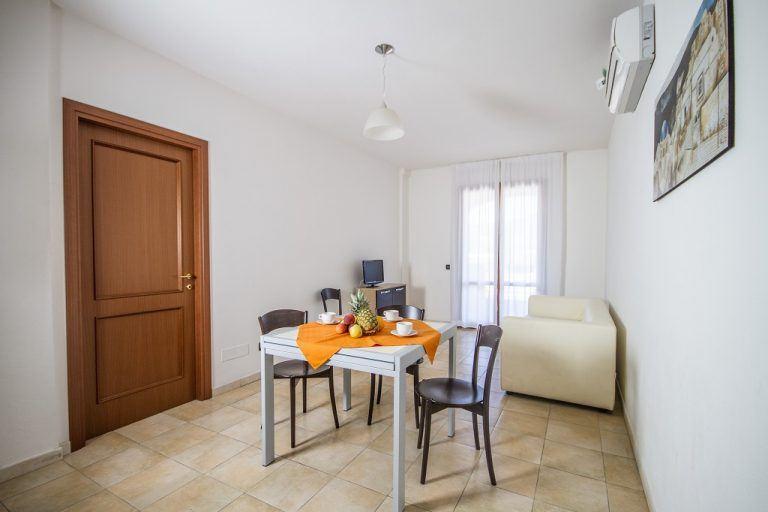 residence-le-fontane-villasimius-trilo6-soggiorno-1